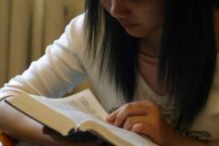 woman-reading-bible-op-800x533