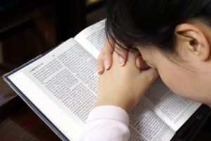 woman_praying_over_Bible