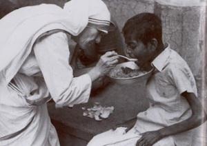 mother-teresa-feeding